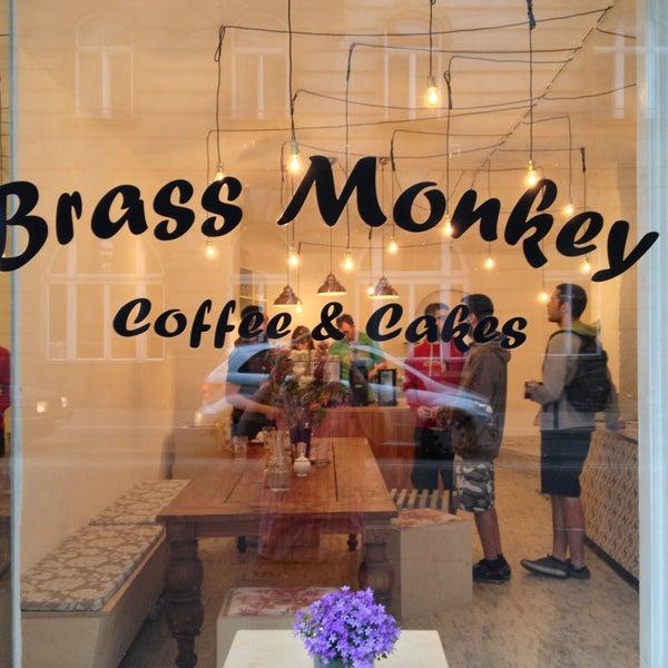 รูปภาพถ่ายที่ Brass Monkey โดย Apostolos P. เมื่อ 4/27/2013