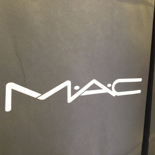 Photo taken at MAC Cosmetics by Michelle Beatriz Silveira N. on 1/27/2013