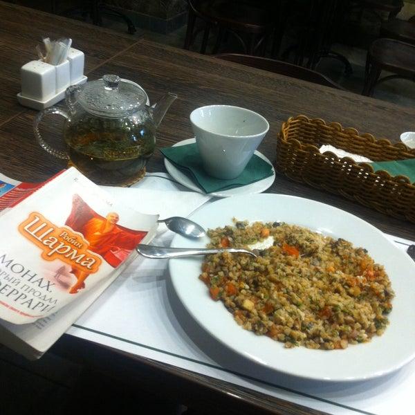 Я взяла Индийский суп-очень вкусно, немного остро(как раз так как я люблю), салат овощной(мелко порубленная зелень и томаты черри и травы) и гречку с грибами, которую жду😊. Хорошая музыка и уютно!