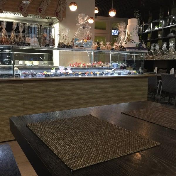 Очень уютная атмосфера, приятные работники, вкусная еда. В кафе понравилось, вполне хорошее место для свиданий,приятного времяпровождения с друзьями и просто для уединения.