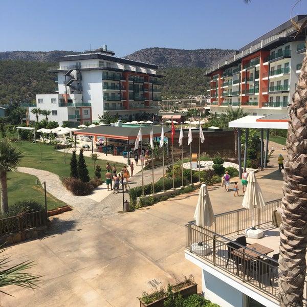 รูปภาพถ่ายที่ Ulu Resort Hotel โดย Kudret Y. เมื่อ 8/20/2017