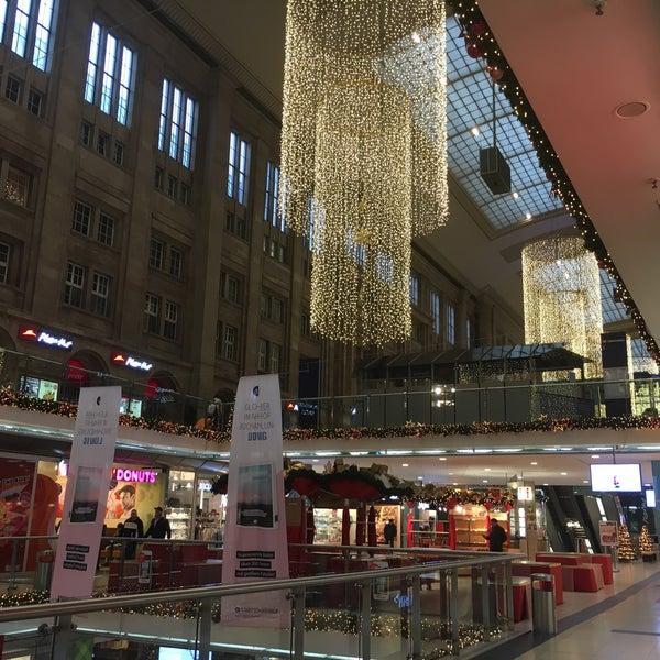 Das Foto wurde bei Promenaden Hauptbahnhof Leipzig von David S. am 12/25/2016 aufgenommen