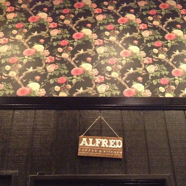 Photo prise au Alfred Coffee & Kitchen par Fernanda B. le12/8/2013