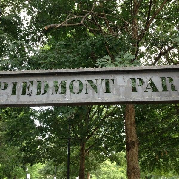 รูปภาพถ่ายที่ Piedmont Park โดย MARK T. เมื่อ 7/28/2013
