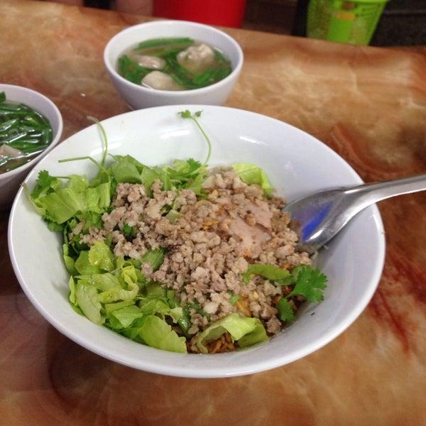 Photo taken at Mì Vằn Thắn Đinh Liệt by Stormy V. on 4/5/2014