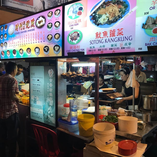 Photo taken at Chulia St. Night Hawker Stalls by Andreas S. on 12/16/2017