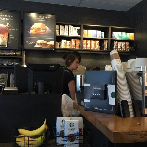 รูปภาพถ่ายที่ Starbucks โดย Andreas S. เมื่อ 7/21/2016