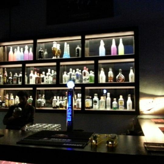 2/16/2013 tarihinde Seren K.ziyaretçi tarafından Up Shot Bar'de çekilen fotoğraf
