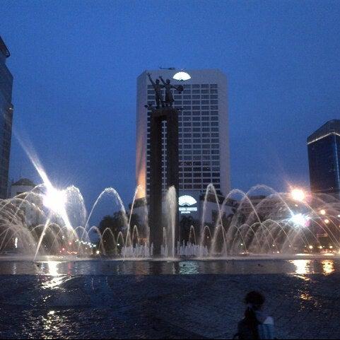 Photo taken at Bundaran Hotel Indonesia (Monumen Selamat Datang) by April WND👒💝 on 5/4/2013