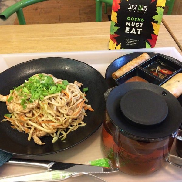 Снимок сделан в Joly Woo Стрит-фуд кафе вьетнамской кухни пользователем Алла О. 10/31/2017