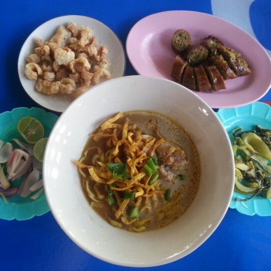 Photo taken at Kao Soi Lamduan Fa Ham by Porntep A. on 1/5/2013