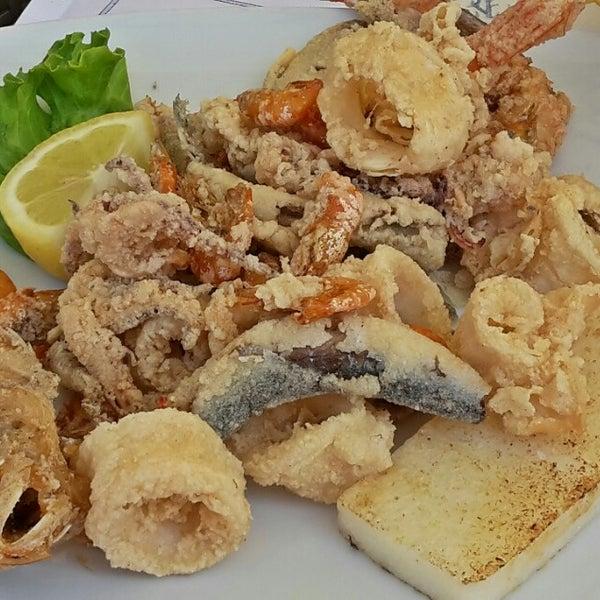 Fronte spiaggia. Consiglio la frittura mista di pesce. Servizio cortese e veloce!