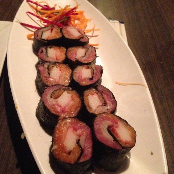 Foto tomada en Sushi & Cebiches por Oxana B. el 9/27/2014
