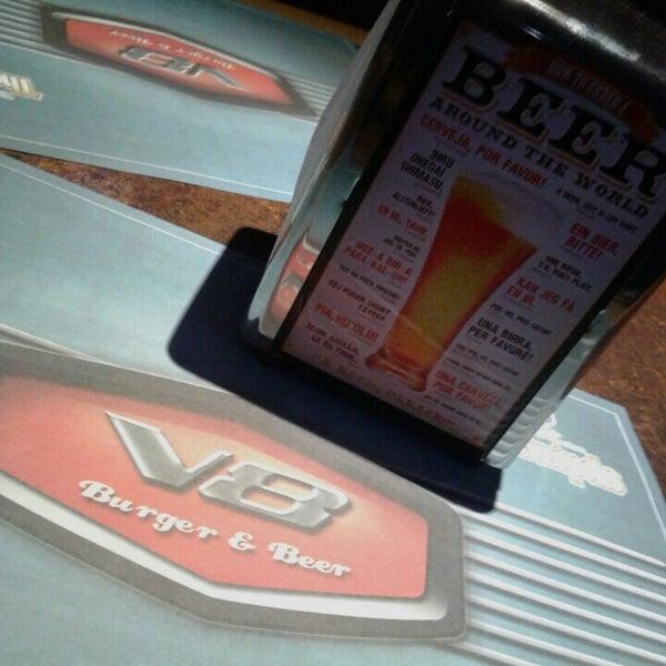 Foto tirada no(a) V8 Burger & Beer por Alexandre G. em 6/28/2015