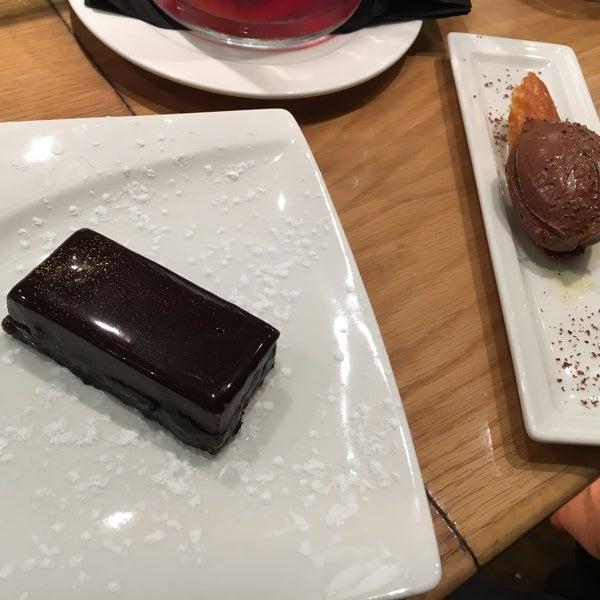 """Hier ist einfach alles lecker!!! Sehr gute Sangria und extrem geile Desserts. Wunderbare coole Lokation und super service! An der Bar zu sitzen und bestellen durch """"sehen"""" ist empfohlen! :)"""