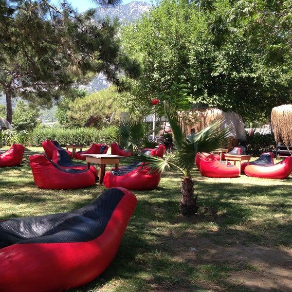 Рядом с пляжем есть классное кафе King, с удобными подвесными креслами и гамаком. Мороженое 1$ - 3 шарика)))