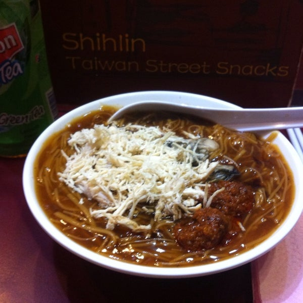 Photo taken at Shihlin Taiwan Street Snacks by Asmira Ismail on 10/10/2014