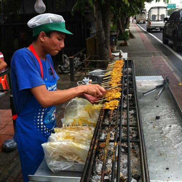 Photo taken at หมูสะเต๊ะแม่กำไร by Chidnet C. on 8/6/2013