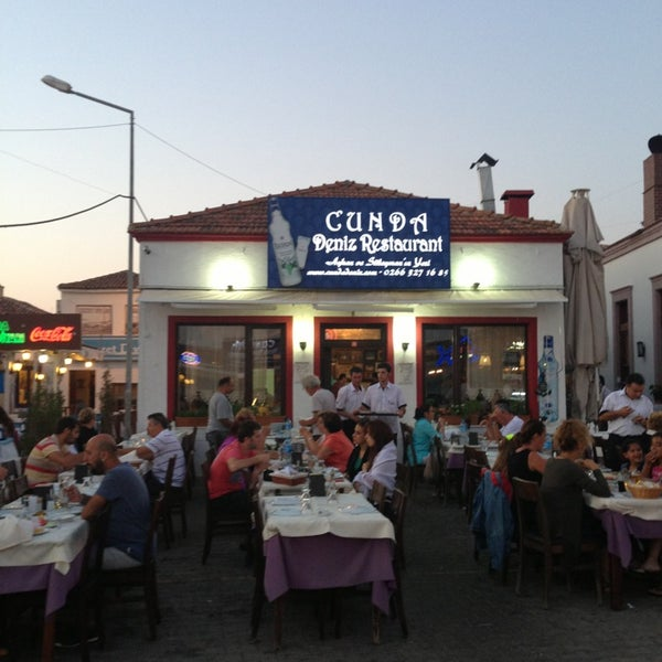 7/17/2013 tarihinde Tanju A.ziyaretçi tarafından Cunda Deniz Restaurant'de çekilen fotoğraf