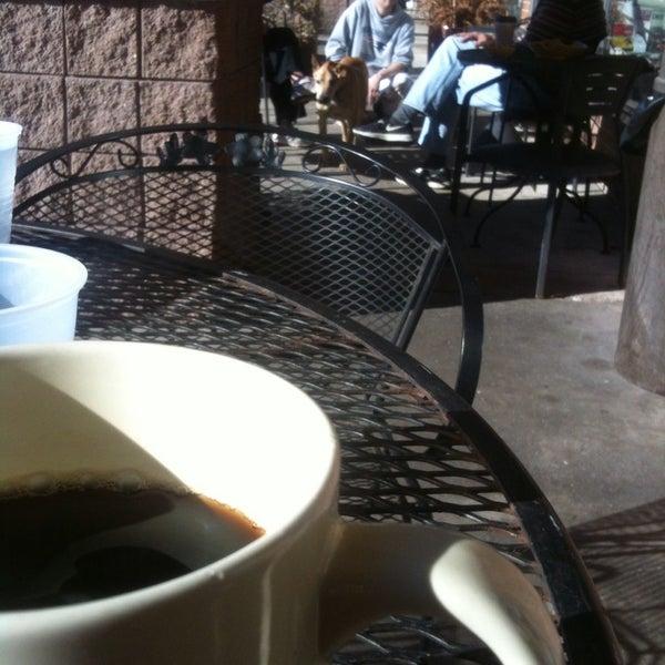 Foto tirada no(a) Crestwood Coffee Co. por David J. em 2/21/2014