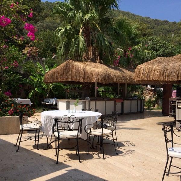 Otelin konumu, hizmet, kahvaltı ve akşam yemeği, bahçe, çiçekler ve çevre düzenlemesi başarılı.