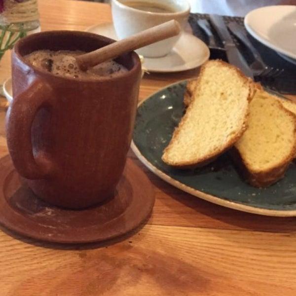 Chocolate, pan de yema, memelitas, tasajo, mezcales..