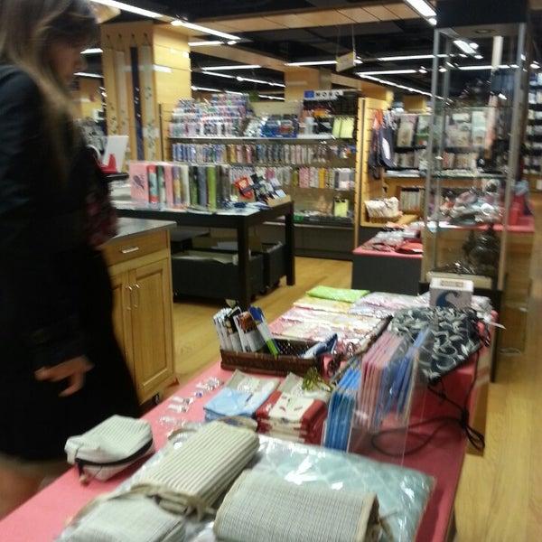 รูปภาพถ่ายที่ Kinokuniya Bookstore โดย Brian P. เมื่อ 4/1/2013