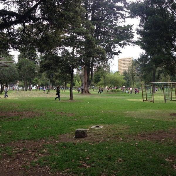 Magnifique espace vert, avec de très beaux arbres, en plein cœur de la ville.