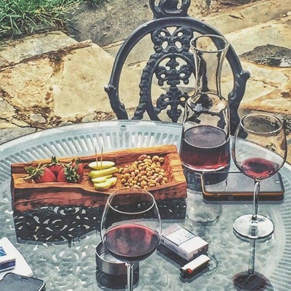 Çölde vaha gibi bir mekan. Şarapları ve yemekleri çok güzel, sunumlar ve hizmet çok kaliteli. Ayrıca harika müzik çalıyorlar.