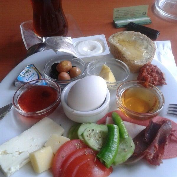 4/12/2013 tarihinde Hilal B.ziyaretçi tarafından Fiskos Kahvaltı Cafe'de çekilen fotoğraf
