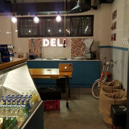 1/29/2016 tarihinde Melik Koray Ü.ziyaretçi tarafından Manuel Deli & Coffee'de çekilen fotoğraf