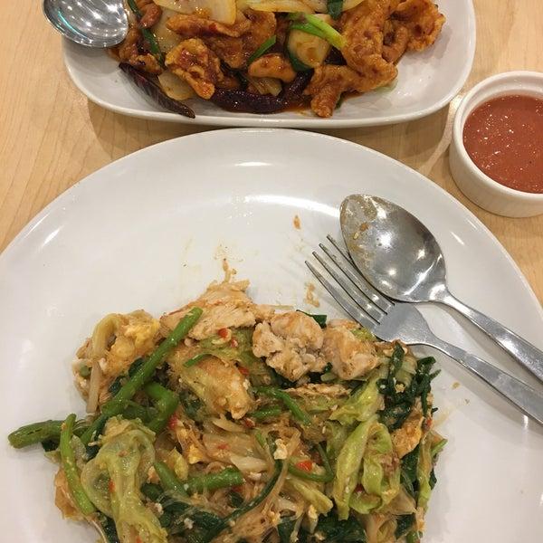 Снимок сделан в Jantanee Restaurant пользователем Edward A. 4/29/2018