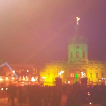 Photo taken at Weihnachtsmarkt vor dem Schloss Charlottenburg by Thilo W. on 12/11/2012