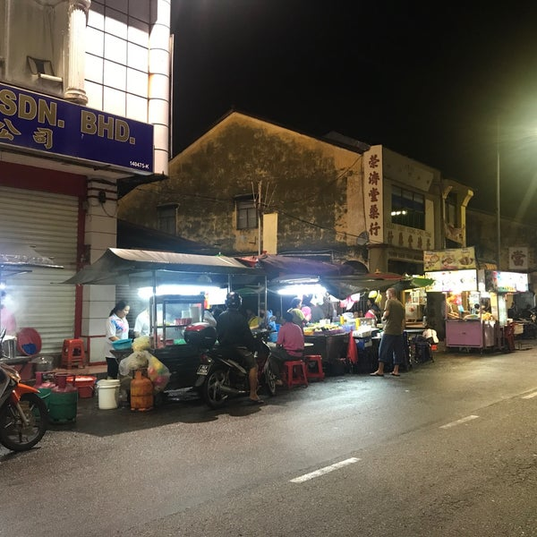 Photo taken at Chulia St. Night Hawker Stalls by debtdash on 1/10/2018