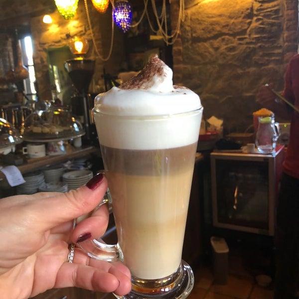 Das Foto wurde bei Üzüm Cafe von Üzüm Cafe am 4/12/2018 aufgenommen