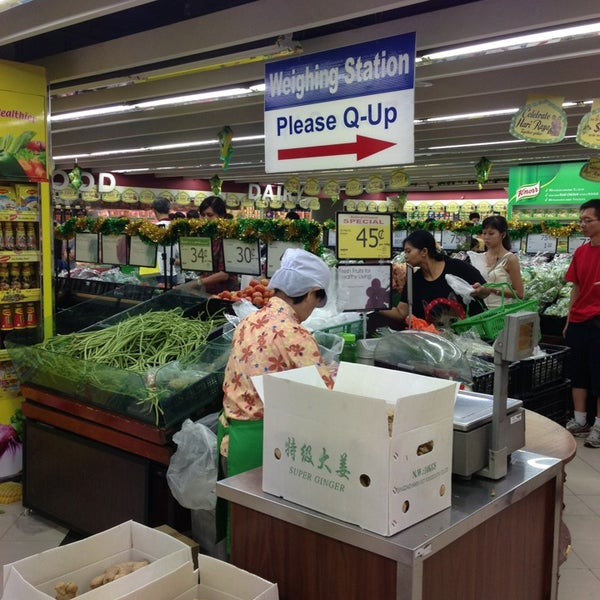 Photo taken at NTUC FairPrice by ,7TOMA™®🇸🇬 S. on 8/10/2013