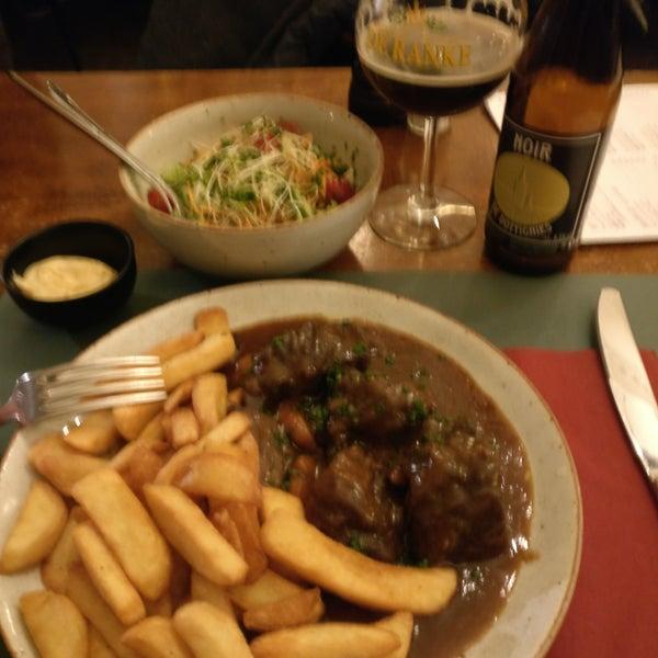 Ausgezeichnetes gedünstetes Rindfleisch nach flämischer Art inkl. Salat u Fries! Unbedingt den Kellner nach Bierempfehlung fragen! 😉