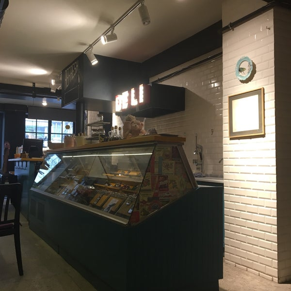 3/19/2017 tarihinde Duygu Ö.ziyaretçi tarafından Manuel Deli & Coffee'de çekilen fotoğraf