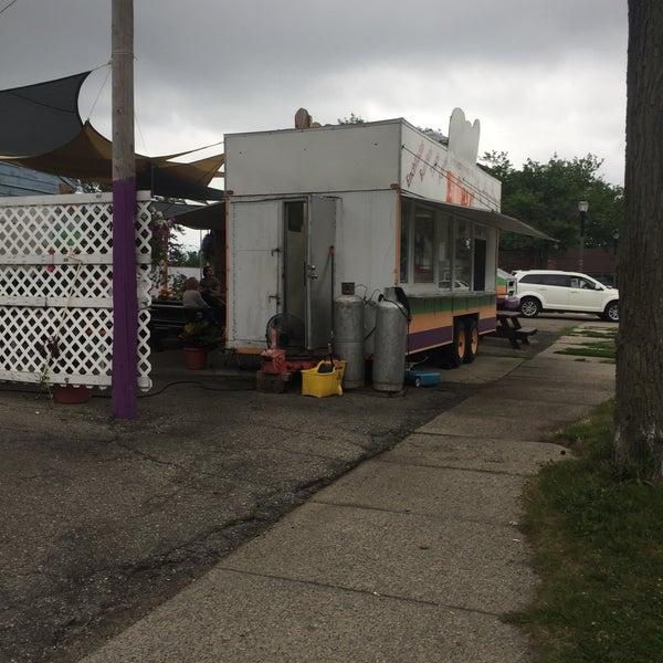Foto tomada en El Oasis Taco Truck por Kevin L. el 7/22/2017
