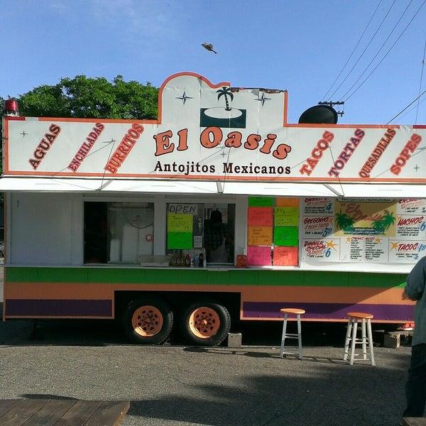 Foto tomada en El Oasis Taco Truck por Kevin L. el 6/14/2014