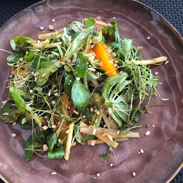 Салат с уткой конфи в меню от шефа - очень достойно! Соус в салате обалденный! В общем получилось очень и очень не плохо.