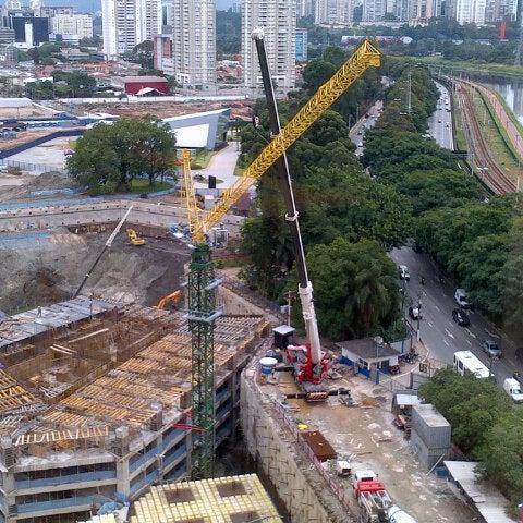 """Foto tirada no(a) Obras Parque da Cidade por André """"roots bloody roots"""" P. em 2/13/2013"""