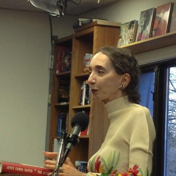 Foto tirada no(a) Politics & Prose Bookstore por Mike em 4/2/2013