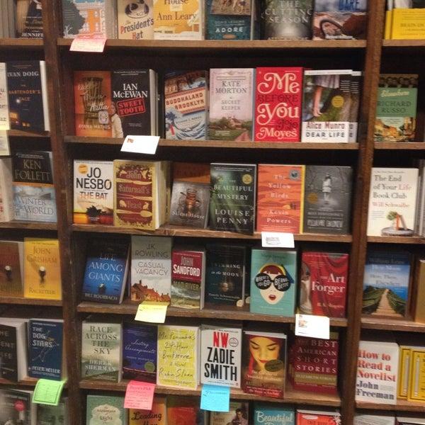 รูปภาพถ่ายที่ Tattered Cover Bookstore โดย Kristin S. เมื่อ 10/27/2013