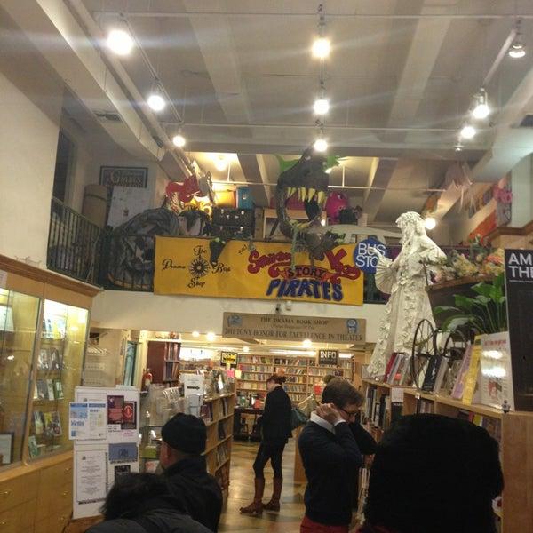 Foto tomada en Drama Book Shop por J. C. S. el 3/23/2013