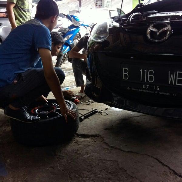 Photo taken at Pasar Mobil Kemayoran by Metha S. on 11/16/2013