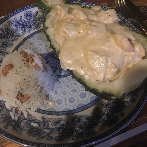 Vila Pincinguaba (R$60)-camarões no abacaxi com arroz de castanhas ou Peixe Ariano Suassuna (R$55) robalo com cebolas caramelizadas e purê de macaxeira são ótimas pedidas!