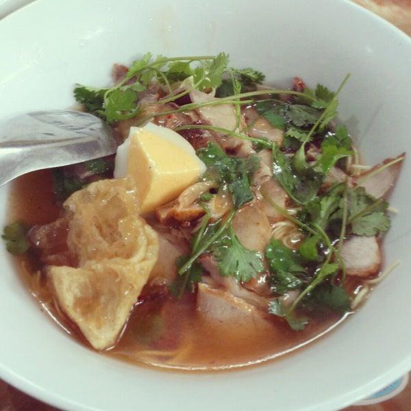 Photo taken at Mì Vằn Thắn Đinh Liệt by Linh P. on 2/25/2014