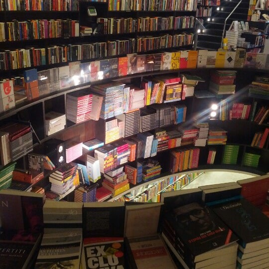 Photo taken at Livraria da Vila by Marcelo G. on 8/19/2012