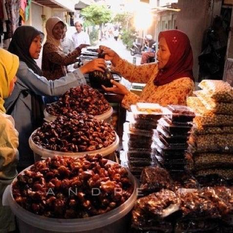 Photo taken at Kawasan Wisata Religi Makam Sunan Ampel by Melinda G. on 2/1/2012